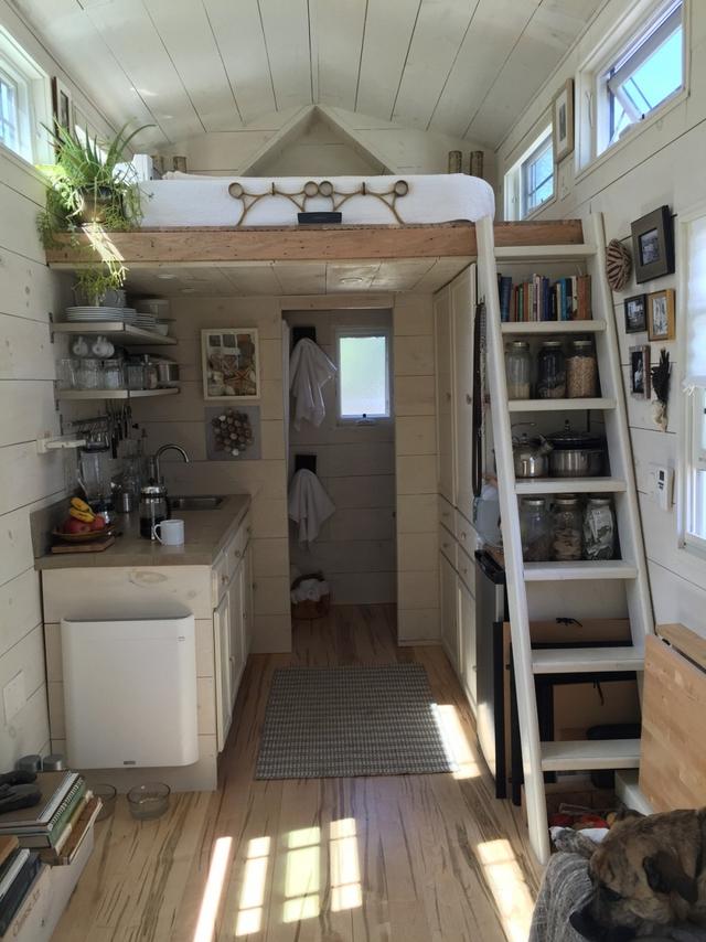 Phía cuối ngôi nhà là khu vực bếp và nhà tắm. Không gian nấu nướng được tổ chức một cách khoa học, ngăn nắp với hệ thống kệ mở vừa khiến không gian thoáng rộng vừa tiện cho việc nội trợ.