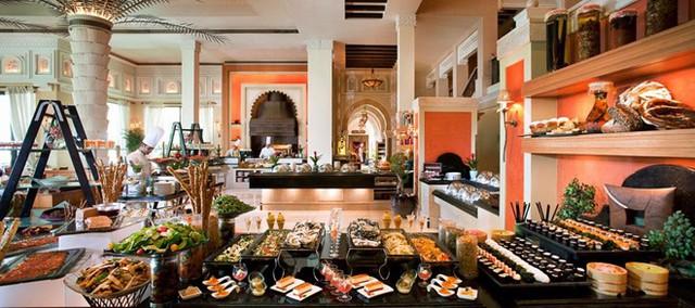 Ở Madinat Jumeirah, du khách phải dùng đến bản đồ cho bữa sáng muộn ngày thứ 6. Đồ ăn được bày khắp 3 nhà hàng, với 37 quầy bếp, chiếm toàn bộ tầng 1 của khách sạn. Giá ăn ở đây khá hợp lý với chất lượng, vào khoảng 200 USD một người. Ảnh: Jumeirah.