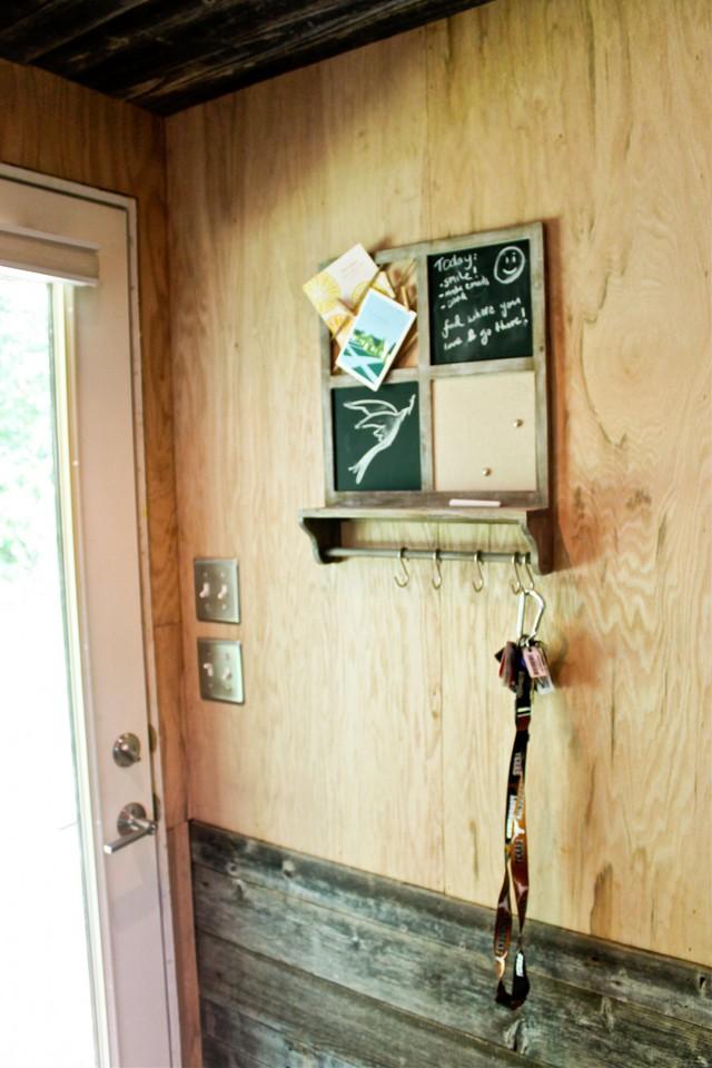 Ngay lối vào nhà còn được anh chàng tô điểm bằng một tấm bảng nhỏ ghi lại những việc cần làm trong ngày. Bên dưới còn có một móc treo dài treo những đồ dùng cá nhân.