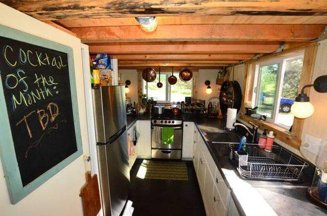 Một bếp ăn nhỏ được bày biện vô cùng gọn gàng, ngăn nắp. Nhà bếp tuy nhỏ nhưng chủ nhà không để thiếu bất kỳ một vật dụng nào cần có trong nhà bếp.