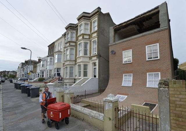 """Căn nhà ở thành phố Margate, Anh, trông giống như đang """"tan chảy"""". Được thiết kế bởi nghệ nhân người Anh là Alex Chinneck, nó được xây dưng như là một công trình nghệ thuật công cộng, không có ai sống bên trong."""