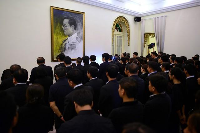 Kết thúc lễ viếng, đoàn người vẫn xếp hàng trật tự để lần lượt ghi sổ tang được ĐSQ chuẩn bị sẵn.