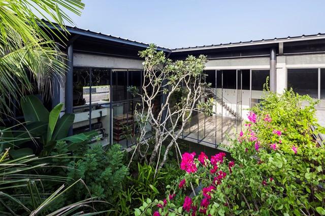 Cây cối, hoa cỏ bên trong nhà máy cũng rất được chú trọng trồng để mang màu xanh tươi mát cũng như góp phần làm trong sạch không khí cho nơi làm việc.