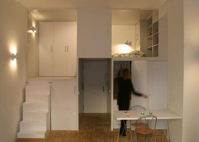 Khu bếp ăn được bố trí gọn nhẹ ngay dưới phòng ngủ. Nơi đây bình thường luôn được giấu kín sau những cánh cửa tủ và nó chỉ được mở ra khi chủ nhà nấu nướng. Chiếc bàn đa năng bên cạnh vừa là nơi tiếp khách rộng rãi, nơi làm việc và cũng là bàn ăn cho chủ nhà.
