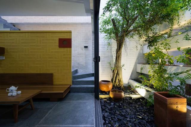 Bên cạnh phòng khách là một khu vườn nhỏ trồng nhiều cây xanh vừa có tác dụng lọc không khí vừa mang màu xanh tươi mát cho ngôi nhà.