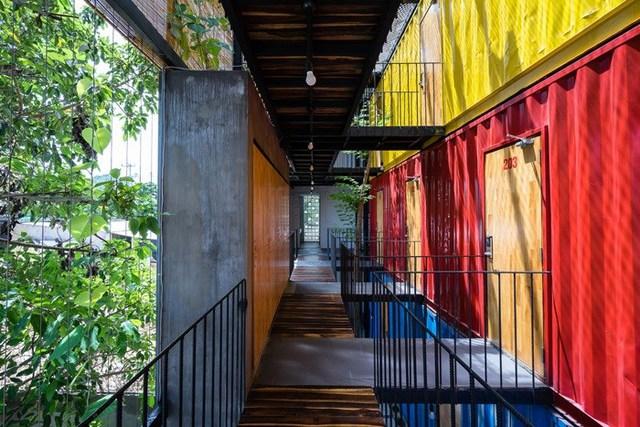 Không gian nghỉ ngơi của khách ở 3 tầng được sơn với 3 màu khác nhau vô cùng bắt mắt.