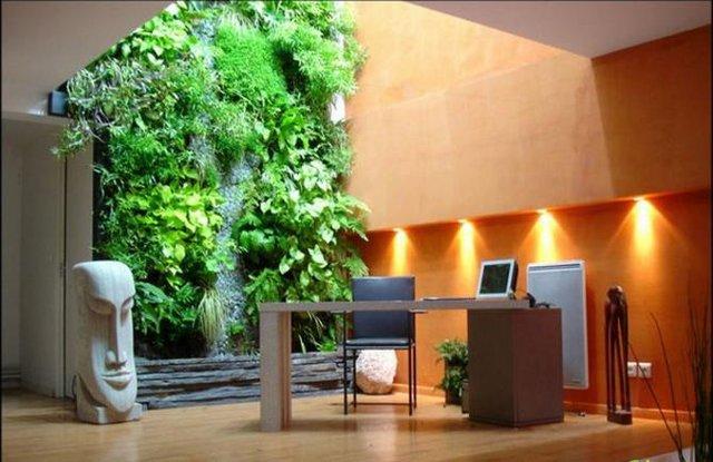 Có rất nhiều phương pháp trồng cây trên tường được nghiên cứu và áp dụng rộng rãi. Chẳng hạn như trồng cây bằng khung sắt cố định, bằng module đúc sẵn, kết hợp giữa tấm nhựa và vải nỉ cùng hệ thống tưới tự động...