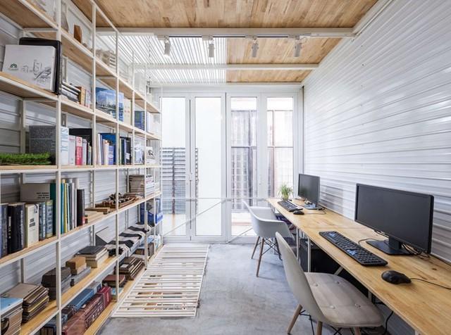 Toàn bộ hệ thống nội thất trong nhà từ kệ sách, bàn làm việc,... đều được thiết kế mỏng, hẹp và kê sát tường để tiết kiệm tối đa diện tích.