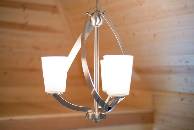 Chiếc đèn thả trần với kiểu dáng lạ mắt cũng là điểm nhấn đặc biệt cho ngôi nhà.