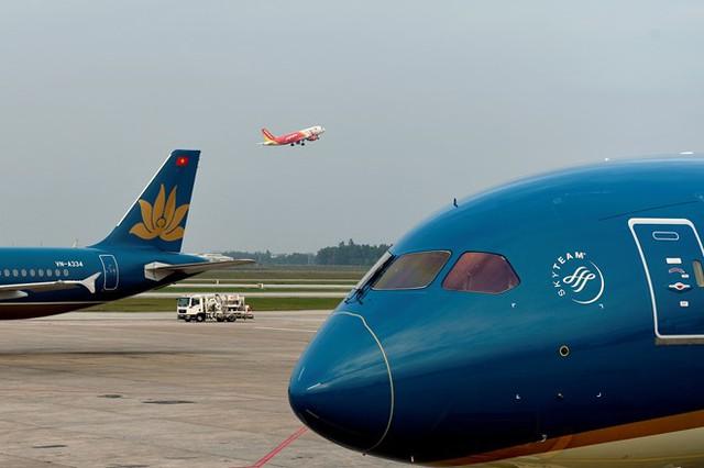Cảng HKQT Nội Bài có 2 đường CHC song song là 11L/29R và 11R/29L; tim cách nhau 250 m, không sử dụng cho việc cất hạ cánh cùng một thời điểm. Đường cất hạ cánh 11L/29R dài 3.200 m; rộng 45 m. Đường cất hạ cánh 11R/29L dài 3.800 m; rộng 45 m.