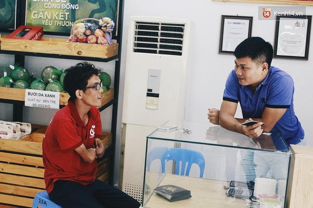 Anh Khang trò chuyện với anh Nghĩa, quản lý của công ty kinh doanh hoa quả sạch.