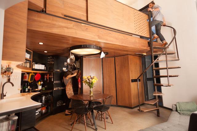Đối diện với phòng khách là khu vực nấu ăn sang trọng với toàn bộ hệ thống tủ kệ đều được thiết kế cong.