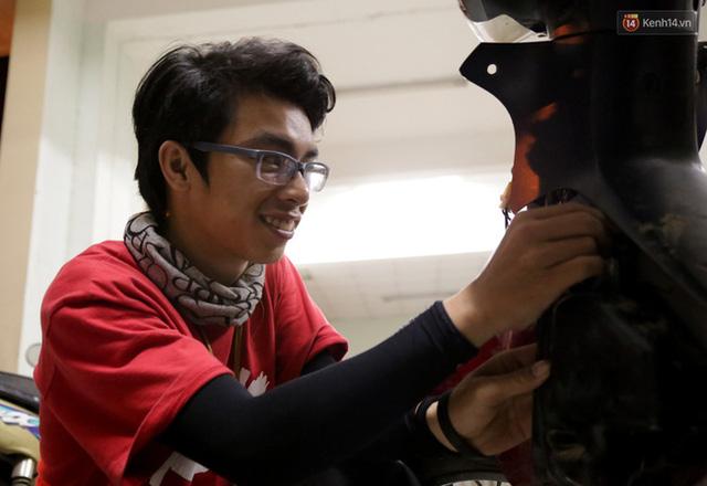 Nhật Minh đang chỉnh lại các chi tiết máy để chuẩn bị lắp ráp dàn áo cho xe máy.