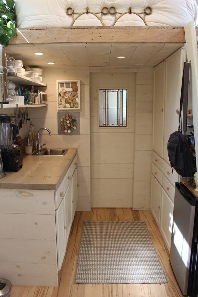 Dù diện tích có hạn nhưng nhờ sự sạch sẽ, cách bài trí thông minh và tận dụng từng centimet nên không gian bếp lúc nào cũng thoáng sáng.