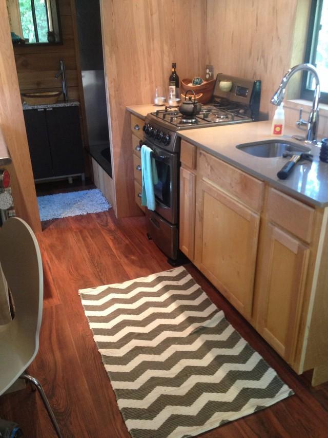 Đối diện với phòng khách là khu vực bếp ăn nhỏ được bố trí vô cùng gọn gàng ngăn nắp với hệ thống tủ kệ tiện dụng.
