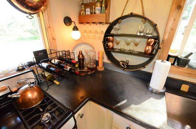 Hệ thống kệ, giá treo trong bếp được chủ nhà tận dụng một cách tối đa.