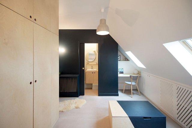 Đối diện phía bên kia là một góc làm việc nhỏ xinh và nhà tắm được thiết kế với tông màu tối tương phản như một điểm nhấn cho cả ngôi nhà.
