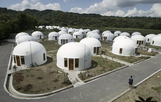 Một công ty phi lợi nhuận của Mỹ đã xây 70 căn nhà nhỏ nhắn này tại Sumberharjo, một khu dân cư người Indonesia vào năm 2007. Sau một trận động đất mạnh 6.4 độ đã phá hủy rất nhiều căn nhà, họ đã được cung cấp những ngôi nhà mái vòm như thế này, chúng được gia cố bởi bê tông cốt thép rất chắc chắn.