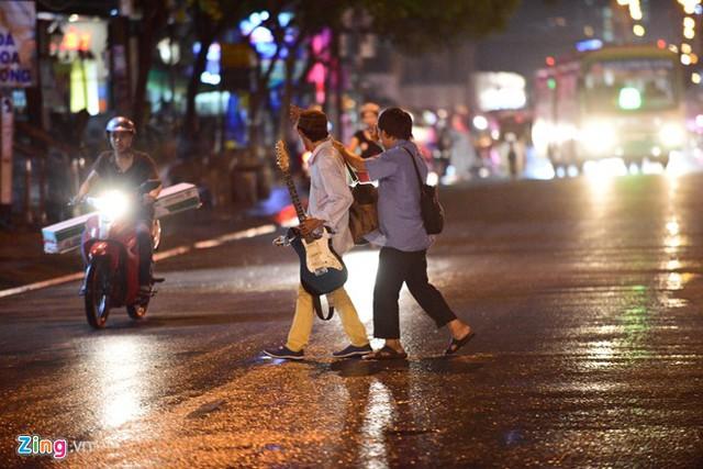 Đường Nguyễn Hữu Thọ chỉ thông thoáng đoạn hướng về quận 1. Theo dự báo của Đài Khí tượng Thủy văn Nam bộ, đêm nay và chiều mai TP.HCM tiếp tục có mưa kết hợp triểu cường.