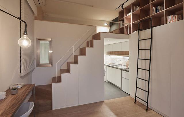 Bếp ăn nhỏ thoáng sạch được đặt khuất sâu bên trong. Thay vì ốp gỗ, nền trong khu vực bếp được lá đá rất sạch.