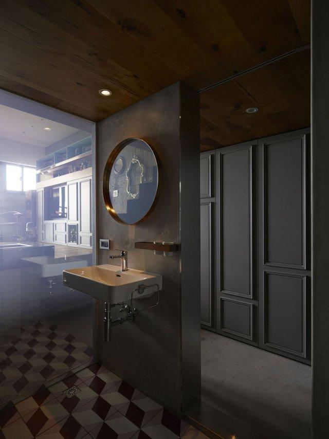 Ngay đối diện với bếp còn được chủ nhà lắp một tấm giương lớn giúp tăng chiều sâu cho căn hộ.