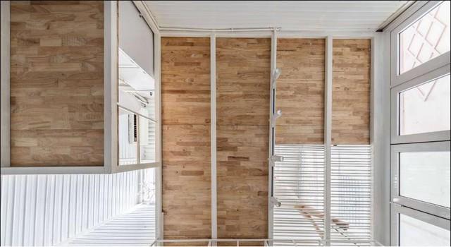 Phần mái nhà đơn giản với những thanh sắt và thệ thống đèn điện chiếu sáng không gian làm việc.