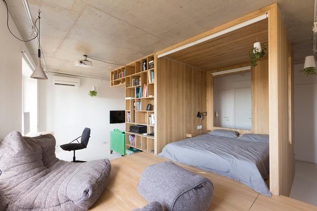 Những chiếc ghế nệm êm ái đặt trên hệ kệ gỗ giúp chủ nhà có góc thư giãn, nghỉ ngơi êm ái, dễ chịu.