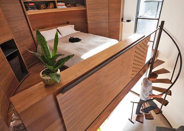 Khu vực nghỉ ngơi được vợ chồng trẻ đặt trên tầng 2. Nội thất phòng ngủ toàn bộ được làm bằng gỗ với hệ thống tủ có hình dạng đồng nhất với hình dáng của ngôi nhà.