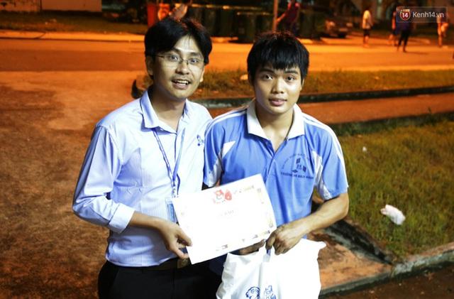 Đại diện Phòng công tác HSSV trường ĐH Bách Khoa trao tặng bằng khen, ghi nhận những thành tích của Hiệp cùng nhóm bạn giúp sinh viên sửa xe máy miễn phí.