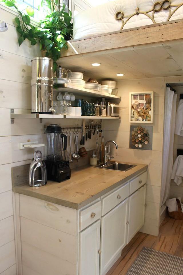 Không chỉ sử dụng kệ mở nhiều tầng mà hệ thống móc treo đồ dùng nhà bếp cũng được gia chủ thiết kế rất tiện lợi và đẹp mắt.