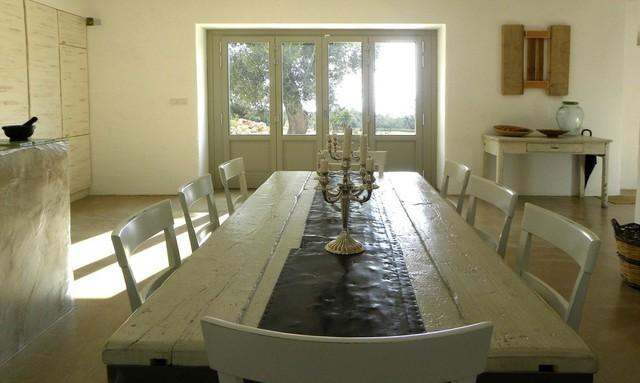 Bàn ăn bằng gỗ lớn được đặt sát cạnh bếp rất thuận tiện.