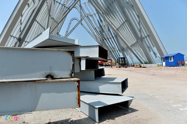 Công trình vẫn đang ngổn ngang trong quá trình lắp ráp và hoàn thiện.
