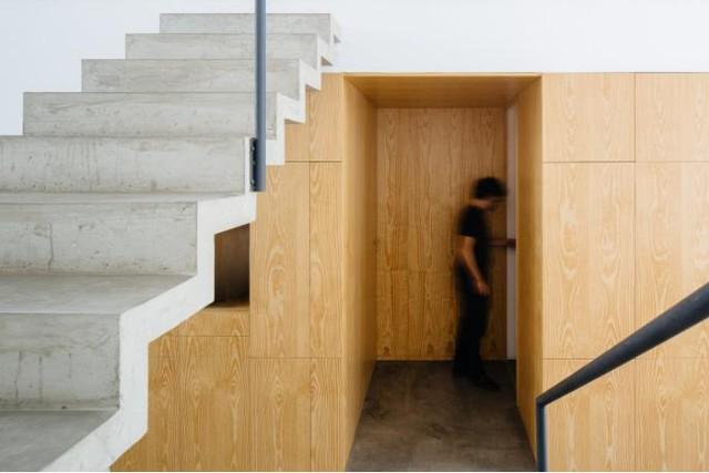 Đối diện với cầu thang dẫn lên gác lửng là lối vào hai phòng ngủ đặt hai bên.