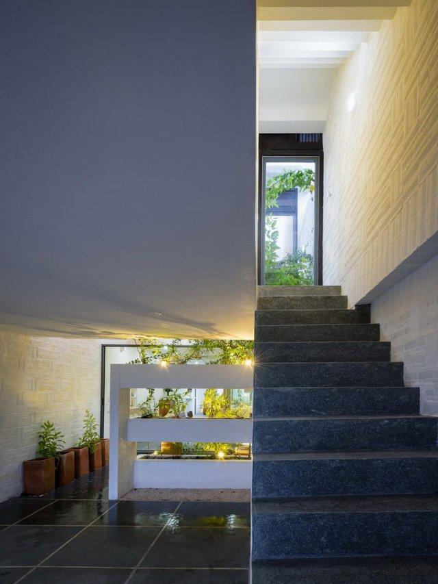 Chiếc cầu thang đá tối màu là nơi dẫn lên tầng 2. Đây là nơi bố trí không gian nghỉ ngơi và phòng làm việc của chủ nhà.