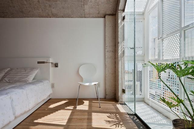 Bức tường sắt bên ngoài với nhiều hoa văn giúp không khí và ánh sáng có thể dễ dàng len lõi vào từng ngõ ngách của căn phòng.