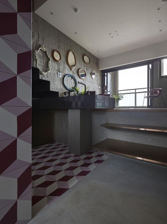 Khu vực bếp được ốp tường gạch hoa với những hình khối khiến người xem có cảm giác như ngôi nhà không bị hạn chế về chiều sâu.