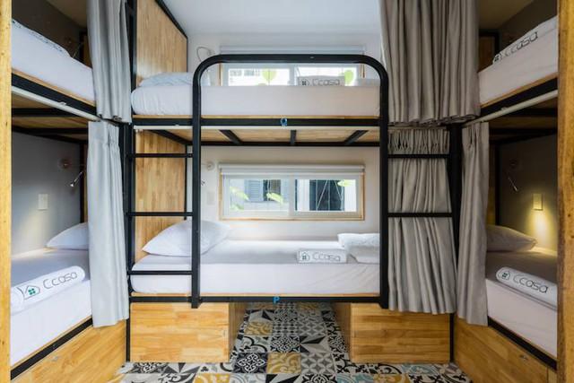 Còn đây là phòng dành cho 6 người. Mỗi phòng như thế này đều được lắp đặt điều hoà, hệ thống tủ có khoá riêng.