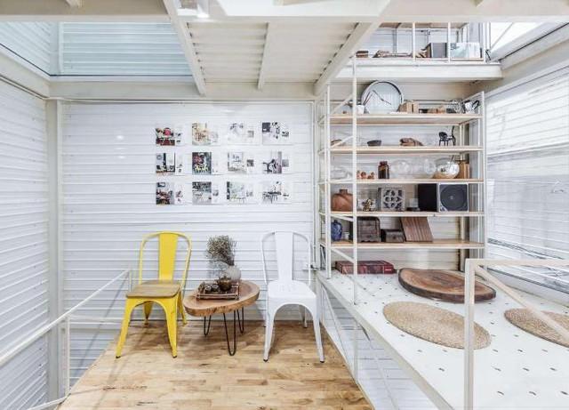 Toàn bộ vật liệu tôn, sắt, thép đều được phủ một màu sơn trắng giúp cho ngôi nhà trở nên vô cùng rộng rãi và thoáng đãng.