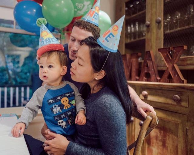 Chiếc áo xanh Max mặc với nhiều hình người ngoài hành tinh trong lần sinh nhật đầu tiên.