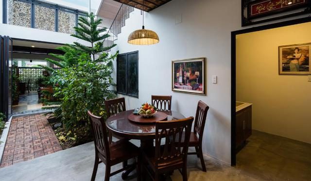 Bếp ăn được bố trí sâu bên trong thuộc khu nhà mới ngăn cách với phòng khách bằng một khu vườn nhỏ.