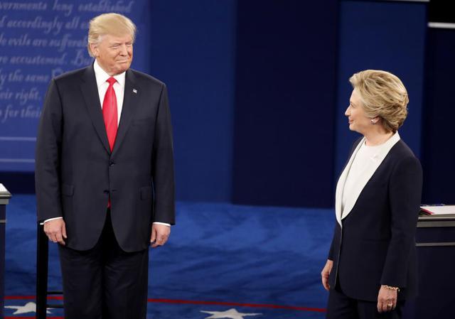 Tranh luận trực tiếp bầu cử Tổng thống Mỹ: Donald Trump dọa bỏ tù bà Clinton nếu trở thành Tổng thống - Ảnh 1.