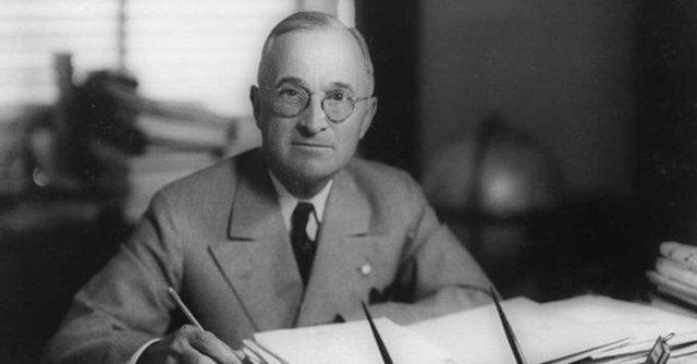 Harry S. Truman, nhiệm kỳ 1945-1953, được coi là vị tổng thống có gia cảnh đáng buồn nhất lịch sử nước Mỹ. Vay mượn để đầu tư vào một mỏ khai thác kẽm, Truman không những không thu được lời mà còn mất trắng tài sản, khiến ông lâm vào tình trạng khốn cùng. Trải qua những biến cố liên tiếp, Truman vẫn không tuyên bố phá sản mà vất vả kiếm tiền trả nợ trong suốt thời trai trẻ. Khi trở thành tổng thống Mỹ, Truman vẫn nợ hàng chục nghìn USD. Gia cảnh nghèo khó của Trump khiến Mỹ tăng lương gấp đôi cho tổng thống.
