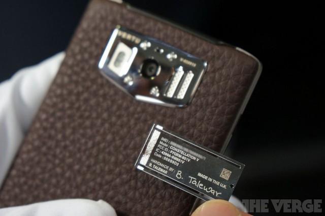 Mỗi chiếc điện thoại sẽ được lắp ráp bằng tay bởi một nhà thiết kế riêng và mang đậm dấu ấn của họ qua chữ ký khắc trong thân máy.