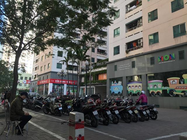 Bãi đỗ xe giăng kín mặt trước các tòa chung cư 17T.