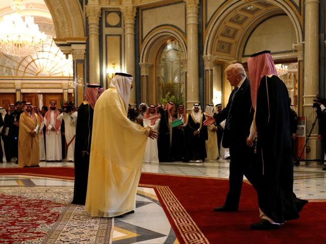 Nhà vua Saudi Arabia Salman bin Abdulaziz Al Saud đón tiếp Tổng thống Trump tại Riyadh hồi tháng 5.