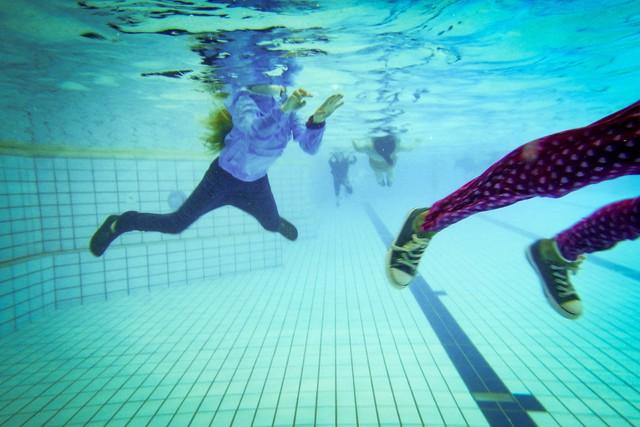 Trẻ em Hà Lan buộc phải bơi tốt dù mặc nguyên quần áo và giày. Ảnh: Washington Post
