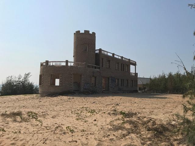 Một toà lâu đài được tận dụng làm chuồng nuôi gia súc, trâu bò.