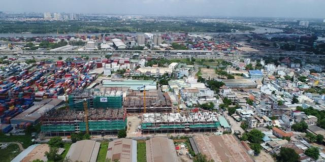 Trong ảnh là dự án Him Lam Phú An (Q.9) nằm cạnh nhà ga metro khoảng 300m. Một trong những lí do khiến dự án này được quan tâm là có vị trí kết nối với trạm ga số 9 của tuyến metro Bến Thành - Suối Tiên. Hiện dự án này đang xây đến tầng 13, tốc độ 3 sàn/tháng và giá các căn hộ trên thị trường thứ cấp đã tăng khoảng 5% chỉ sau 2 tháng.