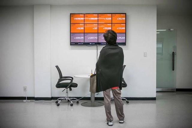 Giá và thông tin về các đồng tiền ảo hiện thị trên bảng thông báo tại phòng dịch vụ khách hàng ở Seoul của công ty Bithumber.