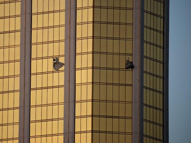 Cửa kính căn phòng khách sạn Stephen Paddock thuê bị đập vỡ, nơi những viên đạn được bắn ra.